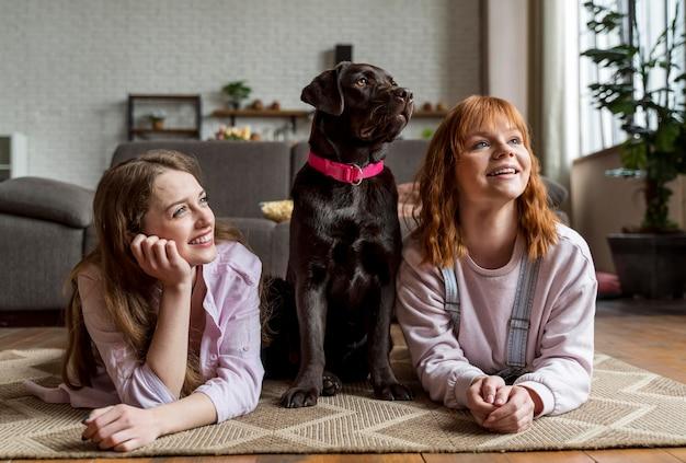 フルショットの女性と犬の床