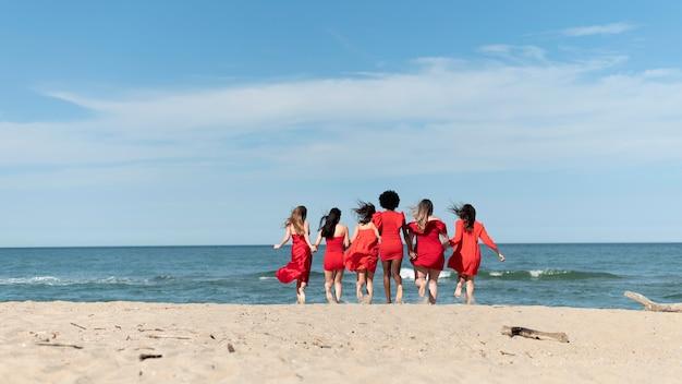 해변에서 풀 샷 여성