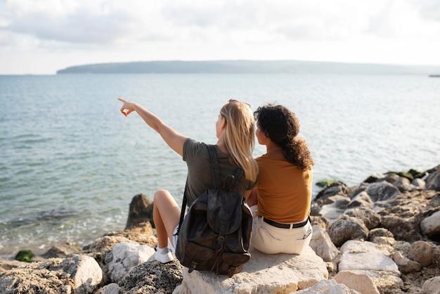 海辺のフルショットの女性