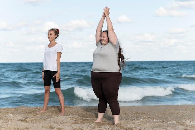 Donne del colpo pieno che fanno gli esercizi