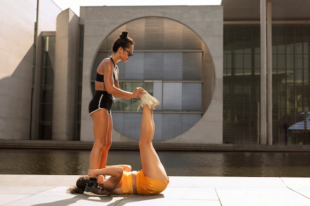 外でスポーツをしているフルショットの女性