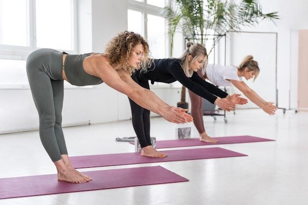 Полный снимок женщин, тренирующихся вместе