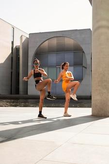 一緒に運動するフルショットの女性