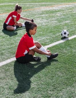 Donne del colpo pieno sul campo di calcio