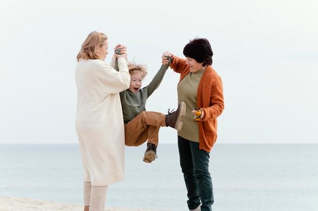 子供と楽しんでいるフルショットの女性