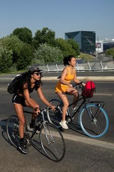 도시에서 자전거를 타는 전체 샷 여성