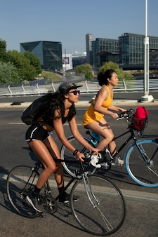 함께 자전거를 타는 전체 샷 여성