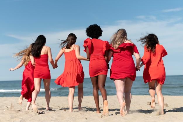 해변에서 실행하는 전체 샷 여성