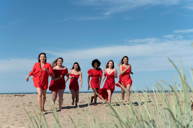 Donne a tutto campo che corrono sulla spiaggia