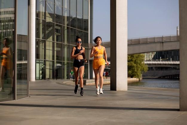 外を走るフルショットの女性