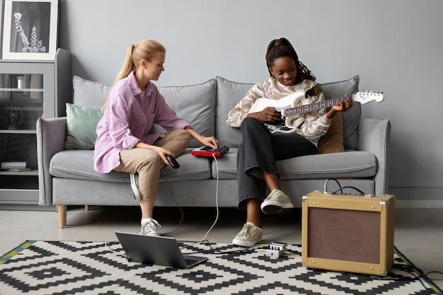 Donne a tutto campo sedute sul divano
