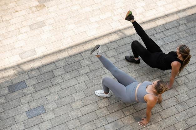 Полный снимок женщин, тренирующихся на открытом воздухе
