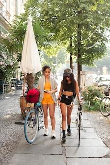 一緒に歩くフルショットの女性