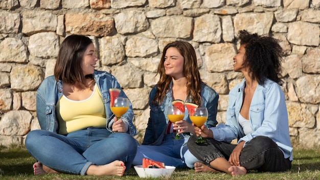 Donne del colpo pieno con bevande