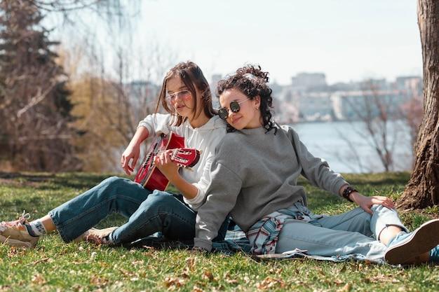 ギターとフルショットの女性