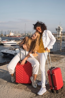 赤い荷物を持ったフルショットの女性