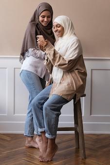 Donne a tutto campo con smartphone