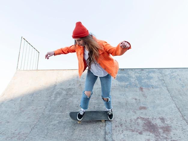스케이트에 전체 샷된 어린 소녀