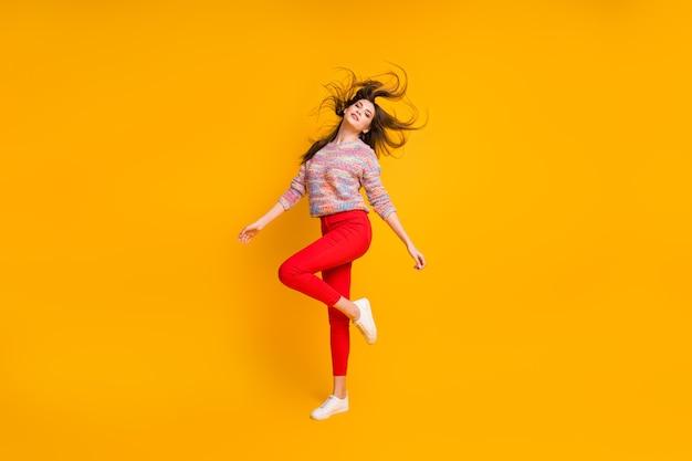Полноразмерное фото очаровательной великолепной элегантной девушки наслаждается отдыхом, расслабляет ее прическу, надевает красивые свитера, изолированные на блестящем цвете