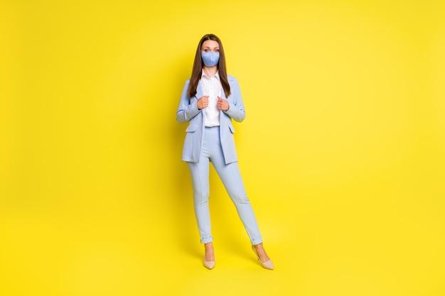 전체 크기 사진 임원 마케터 소녀 작업 사무실은 안전한 의료 마스크 착용 블레이저 바지 하이힐 스틸레토 격리된 밝은 광택 색상 배경을 보호합니다