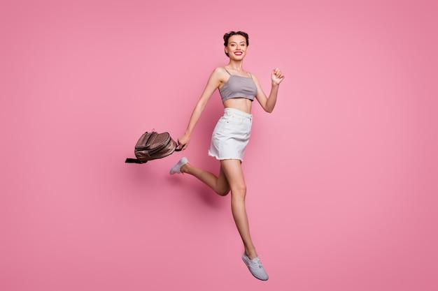 명랑 소녀 점프의 전체 크기 사진 봄 시간 여행 판매 보류 배낭 착용 유행 흰색 옷 핑크 색상 이상 격리 후 실행