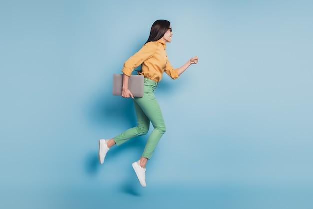 Полноразмерное фото прыгающей быстро бегущей деловой женщины