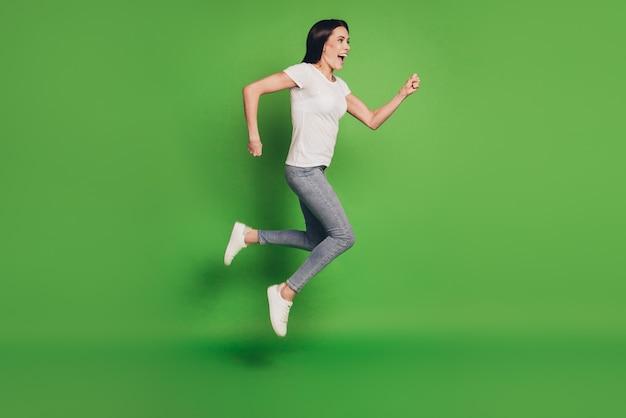 Полноразмерное фото прыгающей женщины, спешащей за покупками