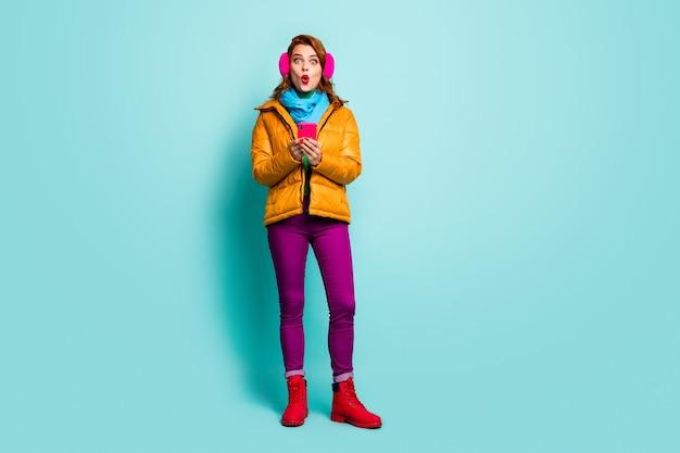 재미있는 여행자 레이디의 전체 크기 초상화 보류 전화 입을 확인 추종자 무감각 착용 캐주얼 노란색 외투 스카프 보라색 바지 신발.