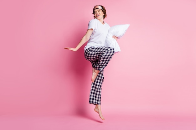 面白い女性ジャンプハイホールド枕のフルサイズのプロフィール写真