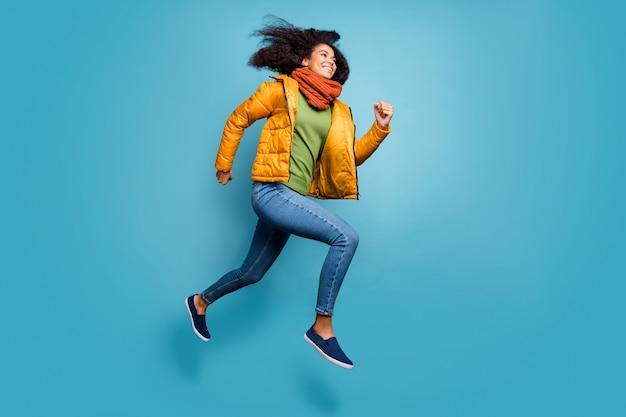 전체 크기 프로필 꽤 어두운 아가씨 점프 착용 외투 청바지 녹색 스웨터 스카프