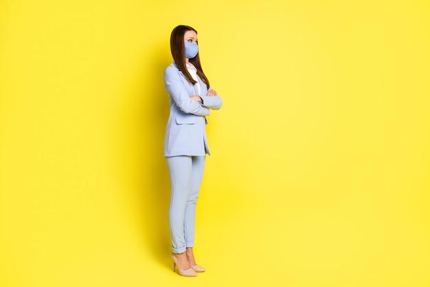 전체 크기 프로필 측면 사진 마케터 에이전트 소녀 교차 손 copyspace 수석 작업 사무실 안전 호흡기 마스크 착용 파란색 바지 블레이저 하이힐 격리 밝은 광택 색상 배경을 듣고