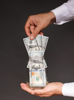회색 배경에 격리된 달러 저축이 있는 전체 투명 은행