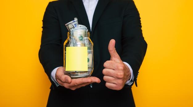 노란색 배경에 격리된 달러 저축이 있는 전체 투명 은행