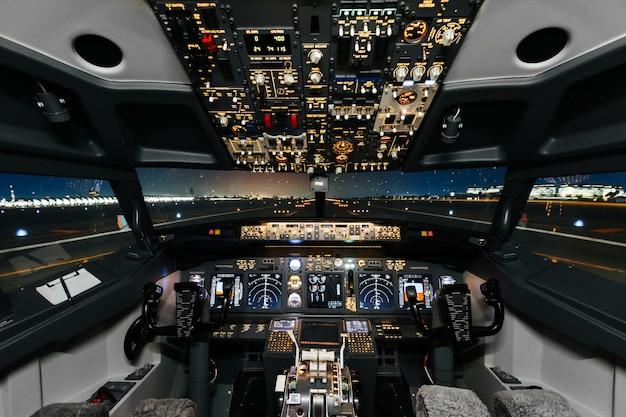 Полный вид кабины современного самолета боинг перед взлетом.