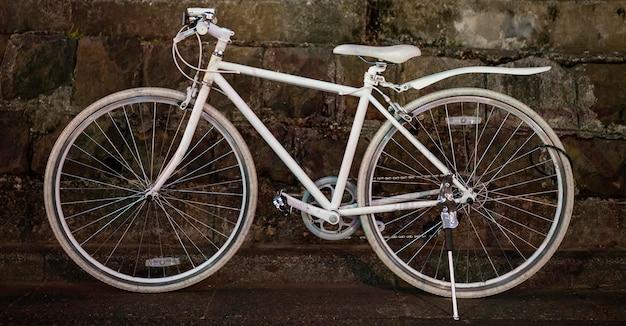 Белый винтажный велосипед