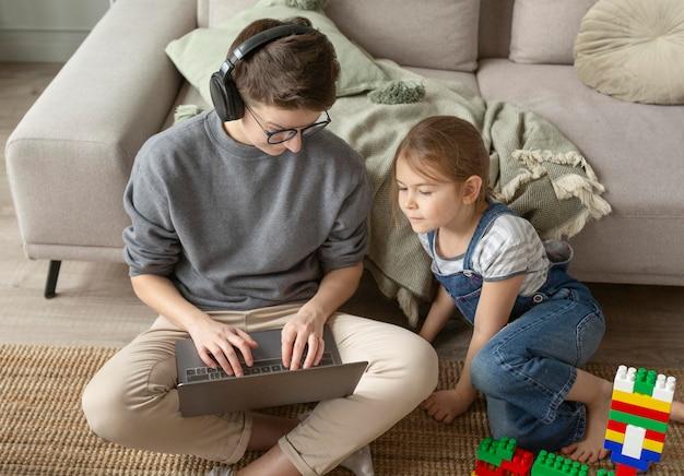 풀스 샷 부모와 아이가 바닥에