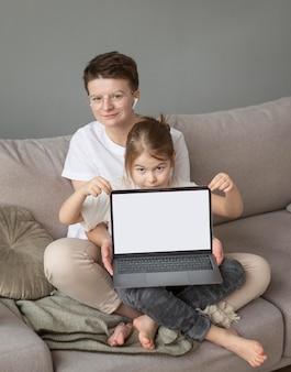 Fulls ha sparato a genitore e bambino sul divano con il laptop