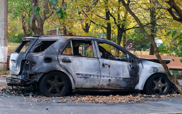街の通りで完全に焼けた車。