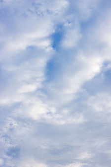 푸른 하늘 수직 보기 아래 완전히 덮인 움직이는 밝은 흰 구름