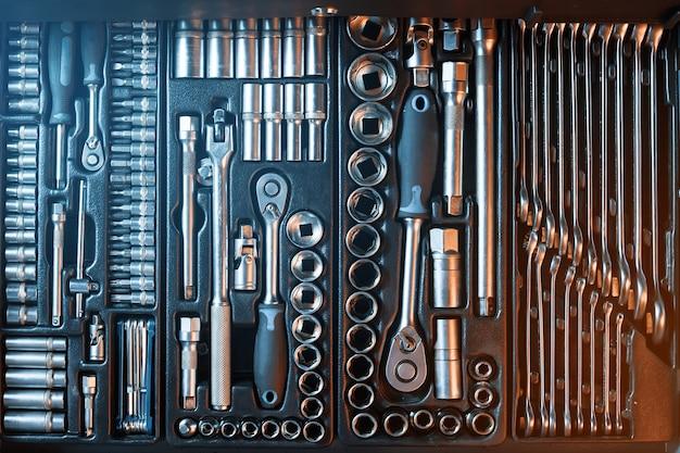 Полностью оборудованный набор инструментов. рабочий инструмент.