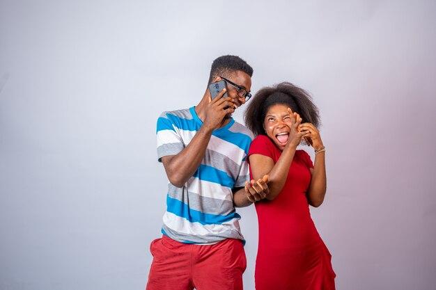 Веселые и увлекательные молодые африканцы звонят по телефону