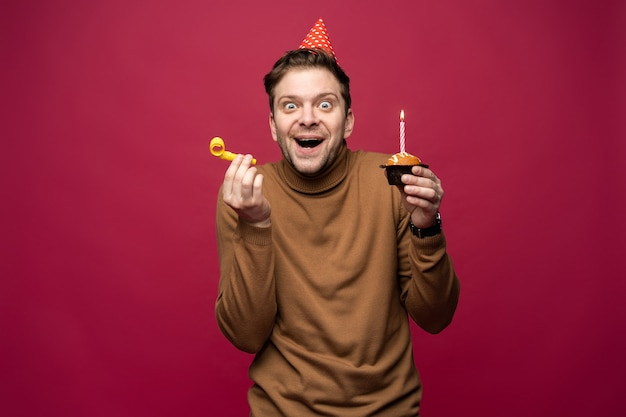 재미와 행복 개념. 쾌활한 찾고 편안한 생일 남자
