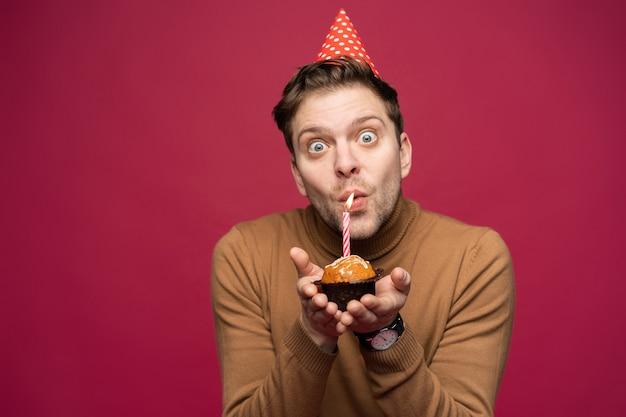 Концепция веселья и счастья. расслабленный парень с днем рождения выглядит веселым