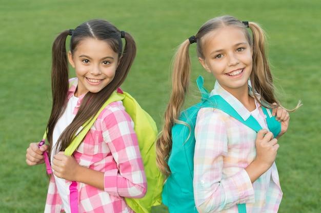 아이들을 위한 재미있고 인터랙티브한 활동. 행복한 아이들이 학교로 돌아왔습니다. 작은 아이들은 배낭을 메고 있습니다. 학교 아이들의 아름다움 모습. 학교 시간. 캐주얼 패션 스타일. 미용실. 학교가 끝나고.