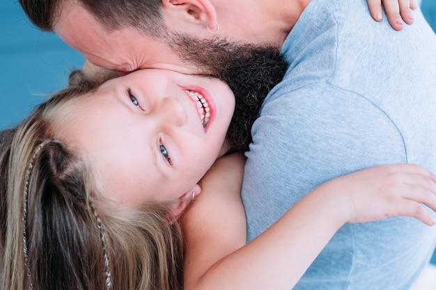 楽しくて楽しい家族のレジャー。お父さんは娘への愛を表現しています。幸せな感情と楽しさ。親の絆と子供の笑い。