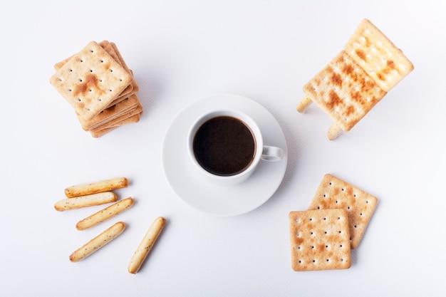 재미있는 아침 식사 크래커 의자와 에스프레소 한 잔