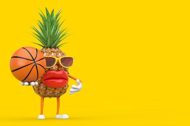 黄色の背景にバスケットボールボールと楽しい漫画ファッションヒップスターカットパイナップル人キャラクターマスコット。 3dレンダリング