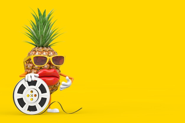 黄色の背景にフィルムリールシネマテープで楽しい漫画のファッションヒップスターカットパイナップル人キャラクターマスコット。 3dレンダリング