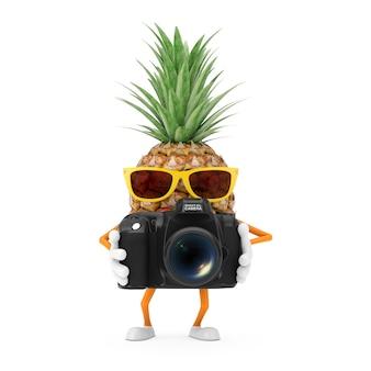 楽しい漫画のファッションヒップスターは、白い背景の上のモダンなデジタル写真カメラでパイナップルの人のキャラクターのマスコットをカットしました。 3dレンダリング