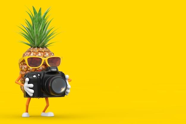 黄色の背景にモダンなデジタル写真カメラで楽しい漫画のファッションヒップスターカットパイナップル人キャラクターマスコット。 3dレンダリング